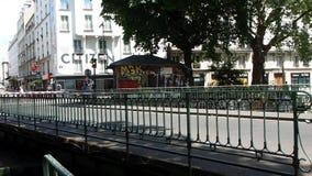 Ponte girevole de la Fattoria-aus.-Reginetta del canale a Parigi video d archivio