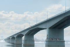 Ponte grigio con le lanterne sopra il grande fiume nel giorno di inverno Fotografia Stock Libera da Diritti