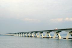 Ponte holandesa sobre o Oosterschelde imagens de stock
