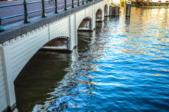 Ponte holandesa tradicional velha no close-up do canal da cidade Imagens de Stock Royalty Free
