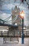 A ponte icónica da torre de Londres em uma tarde nevado fotos de stock royalty free