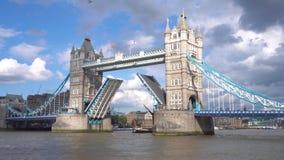 Ponte icónica da torre em Londres, Reino Unido, nuvens cênicos, sobre a ponte levantada, e o barco que vai sob a ponte 4k UHD video estoque