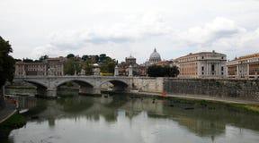 Ponte IL Tevere um Ponte Vittorio Emanuele II em Roma, Italia fotos de stock royalty free