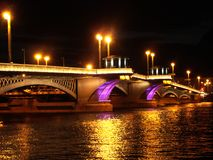 Ponte illuminato attraverso del fiume Neva Fotografia Stock