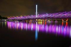 Ponte illuminato dell'elica alla notte immagine stock libera da diritti