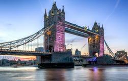 Ponte illuminato della torre a Londra fotografie stock libere da diritti