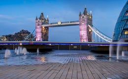 Ponte iluminada da torre Fotografia de Stock Royalty Free