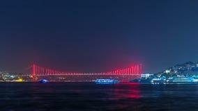 Ponte iluminada sobre o timelapse da noite de Bosphorus Turquia rebatiza Bosporus ponte ` mártir do 15 de julho ` da ponte Istamb filme