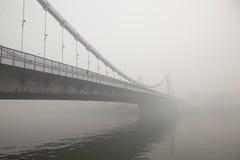 Ponte im Moscovo em um dia august fumarento Fotos de Stock Royalty Free