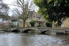 Ponte inglesa da vila Imagens de Stock