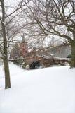Ponte inglesa da vila na neve do inverno. imagens de stock royalty free