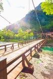 Ponte japonesa Sun de Bashi do Kappa dos cumes de Kamikochi Fotos de Stock Royalty Free
