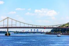 Ponte a Kiev, un ponte di camminata del parco sopra il fiume di Dnieper fotografia stock libera da diritti