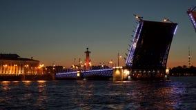 A ponte levadiça de Dvortsovy no rio de Neva é aberta em St Petersburg Fotos de Stock