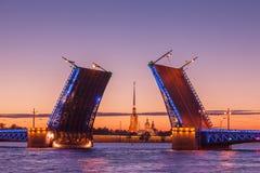Ponte levadiça do palácio, noites brancas em St Petersburg, Rússia Foto de Stock