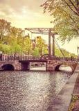 Ponte levadiça velha na cidade de Amsterdão sobre o rio Amstel Fotos de Stock Royalty Free