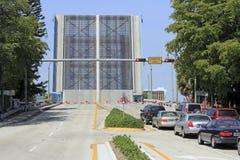 Ponte levadiça aumentada com espera dos veículos Foto de Stock Royalty Free