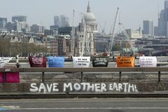 Ponte Londra di waterloo di protesta di ribellione di estinzione fotografia stock libera da diritti