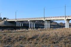 A ponte longa em pilhas sobre o rio Imagens de Stock Royalty Free