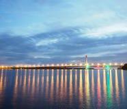 Ponte longa nas luzes na noite Fotos de Stock