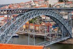 Ponte Luiz som jag överbryggar och den gamla staden av Porto Arkivfoto