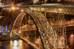 Ponte Luiz som jag överbryggar vid natt i Porto Royaltyfri Foto