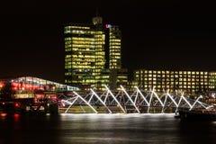 Ponte luminoso nella notte Amsterdam fotografia stock