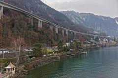 Ponte lungo nel centro urbano di Montreux nell'inverno Immagini Stock