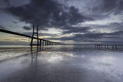 Ponte lungo sopra il Tago a Lisbona ad alba fotografia stock
