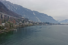 Ponte lungo sopra Montreux ed il lago Lemano nell'inverno Fotografie Stock