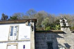 Ponte Maceira, Coruna, Ισπανία Τοίχος με το ηλιακό ρολόι, το φως σιδήρου και το σύμβολο Camino de Σαντιάγο Πύργος κουδουνιών παρε στοκ φωτογραφίες με δικαίωμα ελεύθερης χρήσης