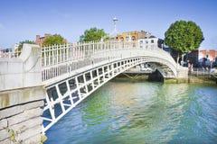 A ponte a mais famosa em Dublin chamou Irlanda Fotos de Stock