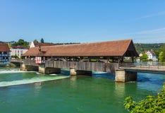 Ponte medieval sobre o rio de Reuss na cidade suíça de Bremga Foto de Stock Royalty Free