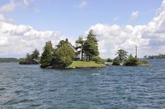 A ponte a menor entre a beira EUA e Canadá de mil arquipélagos das ilhas fotos de stock royalty free
