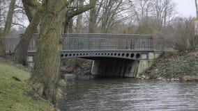 Ponte metallico di Art Nouveau della corrente archivi video