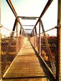 Ponte metallico di vecchia stazione ferroviaria in disuso, abbandonato agli elementi immagini stock