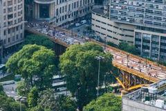 Ponte metallico dorato illuminato dalla luce del sole dentro in città Immagine Stock Libera da Diritti