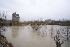 Ponte Milvio durante o aluvion fotografia de stock