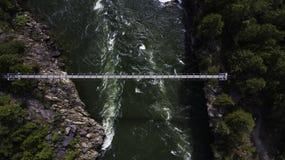 Ponte mobile alle cadute di Kootenay da sopra fotografia stock