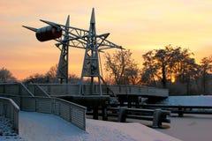Ponte mobile d'acciaio con la copertura di neve su un canale in nordico della Germania Immagine Stock Libera da Diritti