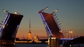 Ponte mobile ed il Peter e Paul Fortress alla notte St Petersburg video d archivio