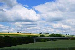 Ponte moderna entre campos agrícolas Fotografia de Stock
