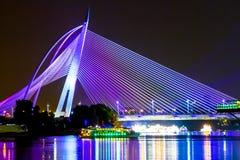 Ponte moderna iluminada Fotografia de Stock Royalty Free