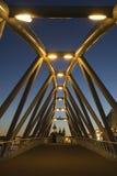 Ponte moderna sobre o canal no crepúsculo em Amsterdão Imagens de Stock