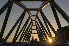 Ponte moderna sobre o canal no por do sol em Amsterdão Fotos de Stock