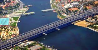 Ponte moderna sobre o rio foto de stock