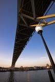 Ponte moderno di Fremont di vista sopra la via del fiume e della città di Willamette Immagine Stock