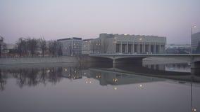 Ponte moderno di trasporto a Wroclaw vicino a Ostrow Tumski archivi video