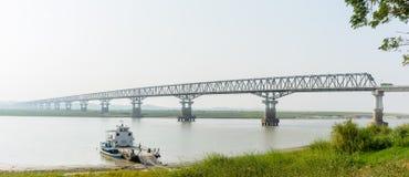 Ponte moderno a Magway, Myanmar Sta unendosi fra il distretto di Magway e di Minbu, sopra il fiume di Irrawaddy fotografie stock libere da diritti