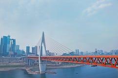 Ponte moderno sopra il fiume in città Fotografia Stock Libera da Diritti